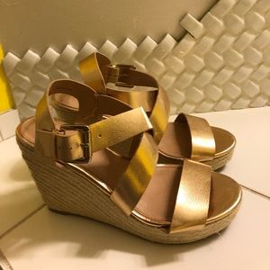 Crossover strap wedges